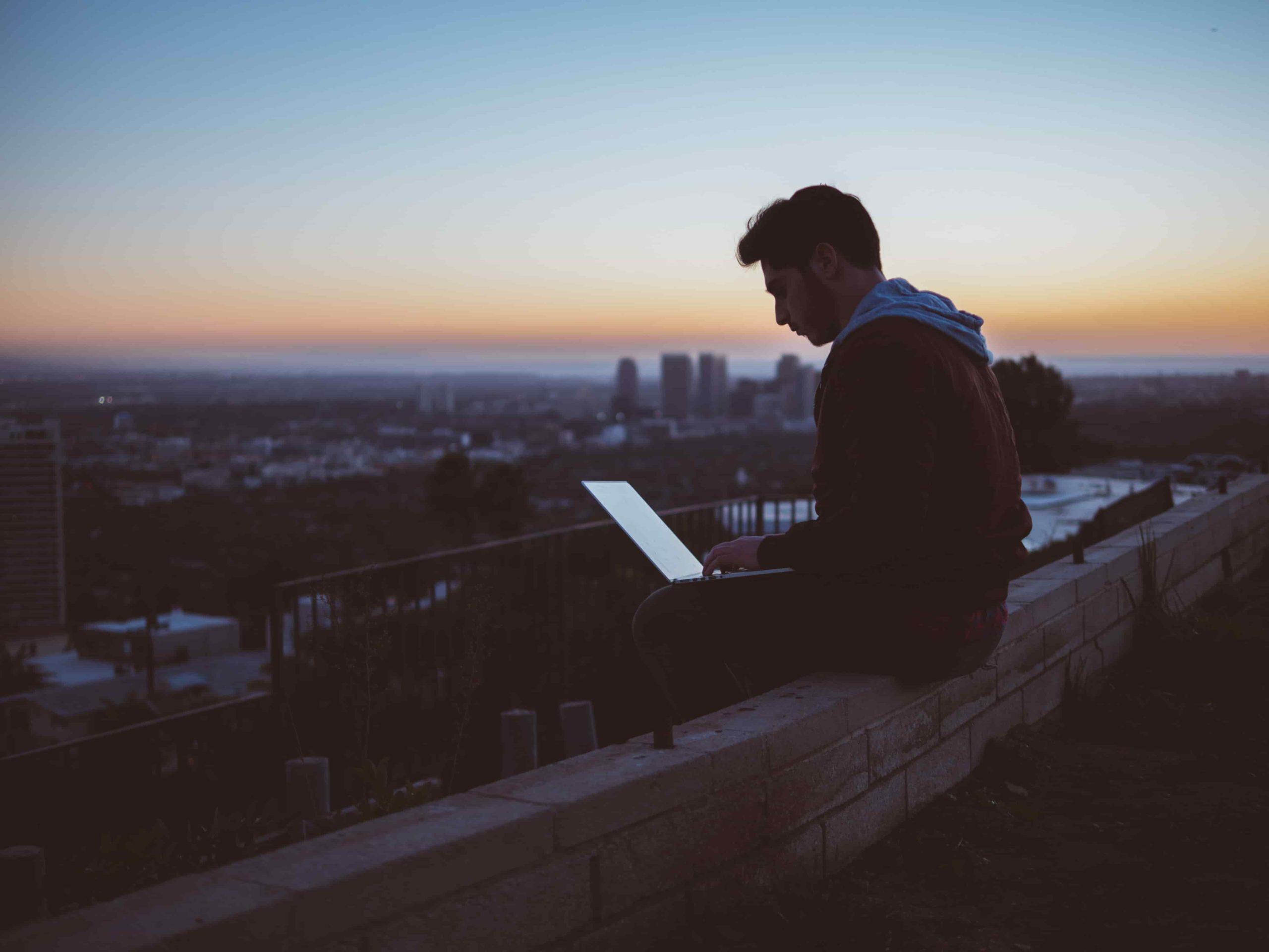 garçon qui travaille sur son ordinateur